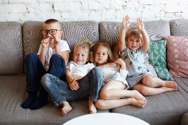 Niños en el sofá