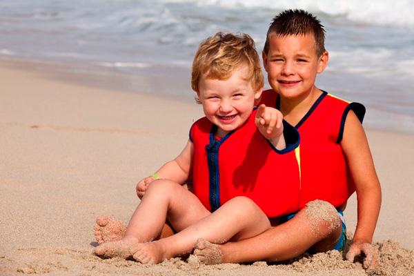 hermanos en la playa